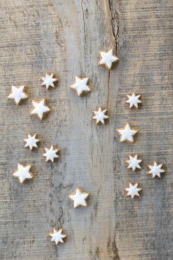 アイシング「Cinnamon stars on grey wood」:スマホ壁紙(6)