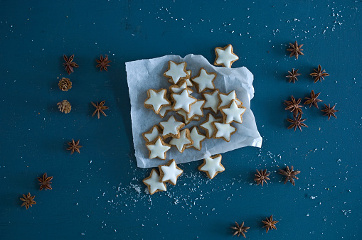 Pine Cone「Cinnamon stars, star anise and pine cones on blue ground」:スマホ壁紙(10)