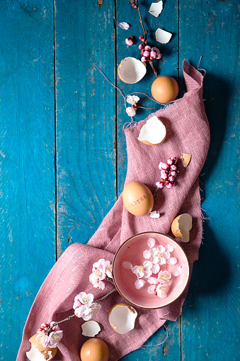 Easter「Easter spring decoration with flowers, petals and eggshells」:スマホ壁紙(16)