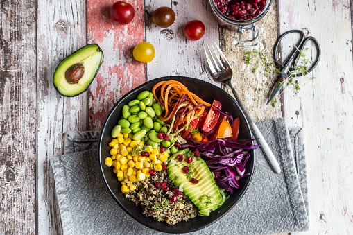 Vegetarian Food「Quinoa veggie bowl of avocado, Edamame, tomatoes, corn, carrots, red cabbage and pomegranate seed」:スマホ壁紙(17)