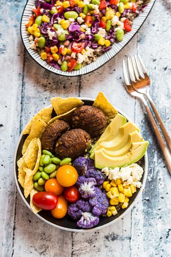 Veggie Burger「Quinoa veggie bowl of avocado, Edamame, tomatoes, corn, feta, nachos, cauliflower and quinoa fritters」:スマホ壁紙(8)