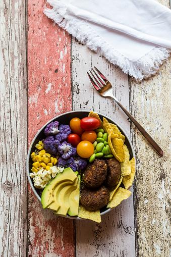 Veggie Burger「Quinoa veggie bowl of avocado, Edamame, tomatoes, corn, feta, nachos, cauliflower and quinoa fritters」:スマホ壁紙(0)