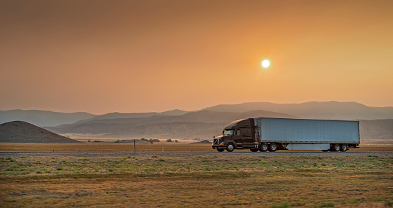 Cascade Range「Truck on I-5 at Sunset」:スマホ壁紙(14)