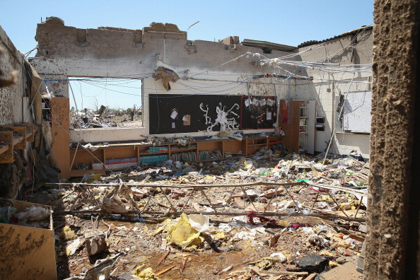 Torn「Massive Tornado Causes Large Swath Of Destruction In Suburban Moore, Oklahoma」:写真・画像(11)[壁紙.com]