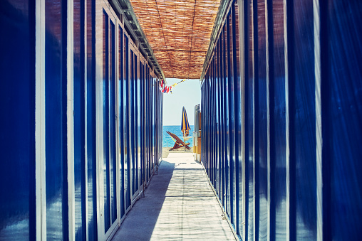 Changing Cubicle「Italy, Liguria, Sestri Levante, empty bathing cabins at the beach」:スマホ壁紙(12)