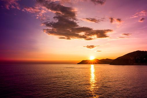 キッチュ「Italy, Liguria, Cinque Terre, view from Manarola to Portofino at sunset」:スマホ壁紙(2)