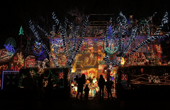Residential District「Homeowners Decorate Their Houses For Christmas」:写真・画像(14)[壁紙.com]