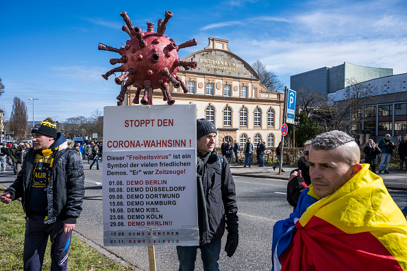 Thomas Lohnes「Coronavirus Skeptics Rally In Kassel」:写真・画像(2)[壁紙.com]