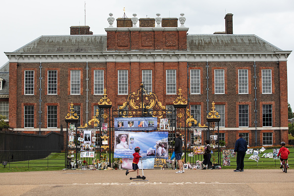 20th Anniversary「Tributes Are Left At Kensington Palace In Celebration Of Princess Diana's Life」:写真・画像(1)[壁紙.com]