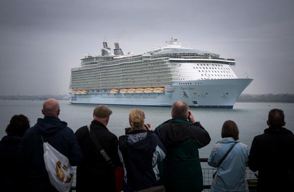 Ship「World's Largest Cruise Ship Docks In Southampton」:写真・画像(8)[壁紙.com]