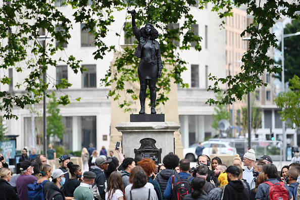 Statue「Statue Of BLM Protester Placed On Colston Plinth In Bristol」:写真・画像(17)[壁紙.com]