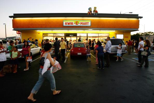 "Cartoon「Fictional ""Kwik-E-Mart"" Comes To Life Ahead Of ""Simpsons"" Movie」:写真・画像(13)[壁紙.com]"
