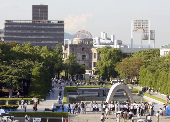 Surrendering「Hiroshima Marks The 59th Anniversary Of The World's First Atomic Bomb」:写真・画像(0)[壁紙.com]