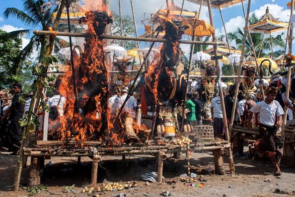 Cremation「Balinese Hindus Hold Mass Cremation」:写真・画像(7)[壁紙.com]