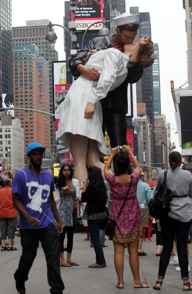 Sailor「Statue Of Iconic Image Of Soldier And Nurse Kissing Debuts In Times Square」:写真・画像(1)[壁紙.com]
