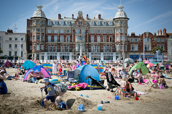 Water's Edge「Visitors Enjoy The Warm Summer Weather On Weymouth Beach」:写真・画像(12)[壁紙.com]