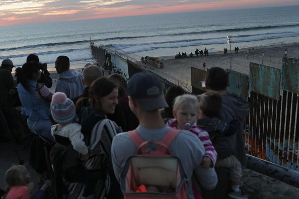 サンディエゴ「U.S. Fortifies Border Ahead Of Migrant Caravan」:写真・画像(13)[壁紙.com]