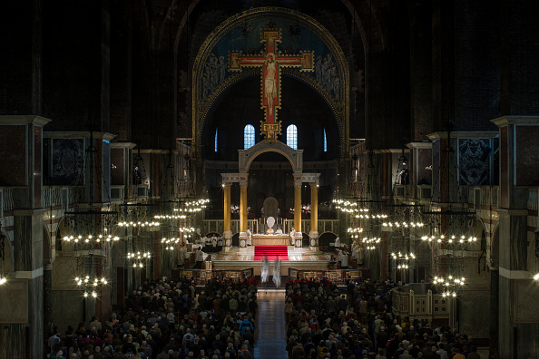 Religious Mass「Cardinal Vincent Nichols Conducts Maundy Thursday Mass」:写真・画像(3)[壁紙.com]