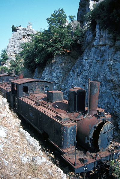 Overgrown「Abandoned locomotives on the acladokampos Dump on the Greek Peloponnese on Friday 6 August 1982. The veteran is Z Class 2-6-0T No.7508 built in 1893 by SA.G of Graffenstaden France」:写真・画像(11)[壁紙.com]