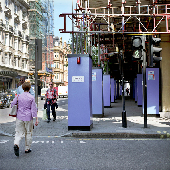 Hiding「Pedestrian access is organised safely on a London street with the erection of protective hoardings on the pavement」:写真・画像(4)[壁紙.com]