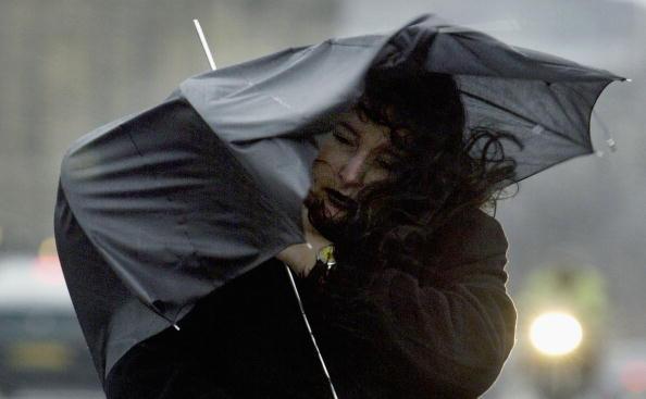 Umbrella「Londoners Battle Against Wild Weather」:写真・画像(12)[壁紙.com]