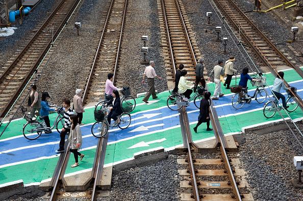 Pedestrian「Pedestrian railway level crossing over commuter railway lines in central Tokyo 2008」:写真・画像(15)[壁紙.com]