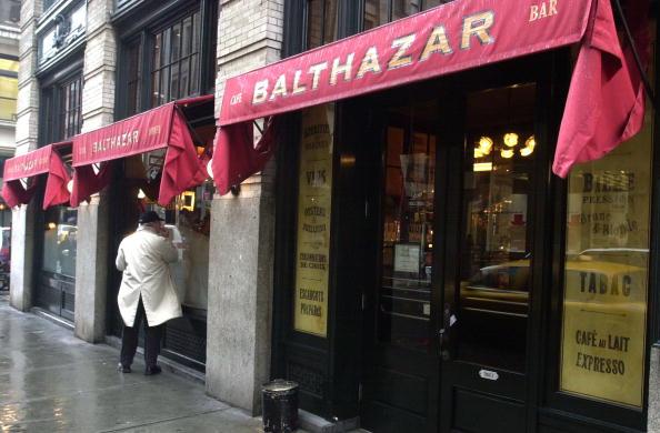 歩く「Pedestrian Walks Past Balthazar In SoHo」:写真・画像(19)[壁紙.com]