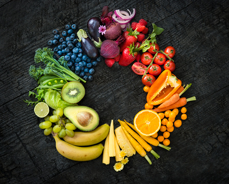 Kiwi「Fruit and vegetable colour wheel on a black surface.」:スマホ壁紙(12)