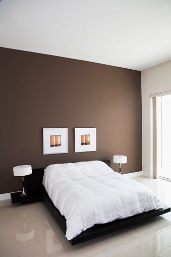 Pompano Beach「Wall art, lamps and bed in modern bedroom」:スマホ壁紙(9)