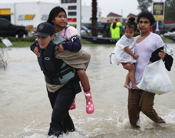 Joe Raedle「Epic Flooding Inundates Houston After Hurricane Harvey」:写真・画像(3)[壁紙.com]