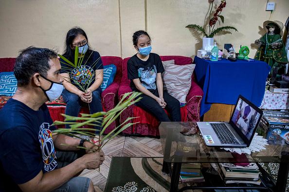 Frond「Filipino Christians Mark Palm Sunday Amid The Coronavirus Outbreak」:写真・画像(10)[壁紙.com]