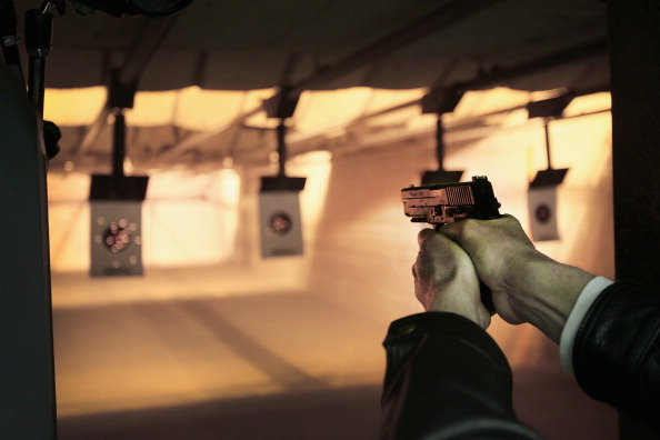 Hiding「Gun Range Trains Gun Owners Ahead Of Illinois' New Conceal Carry Law」:写真・画像(1)[壁紙.com]