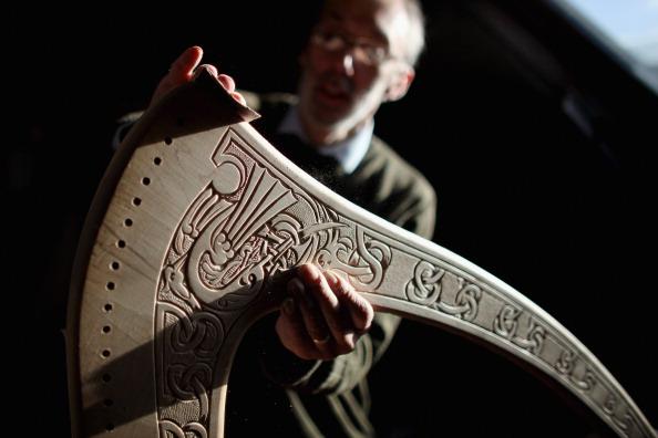 Craftsperson「Craftsman Create Traditional Harps」:写真・画像(8)[壁紙.com]