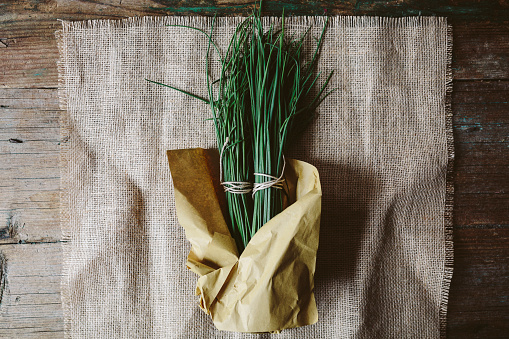 Chive「Two bunches of chives wrapped in paper on cloth」:スマホ壁紙(14)