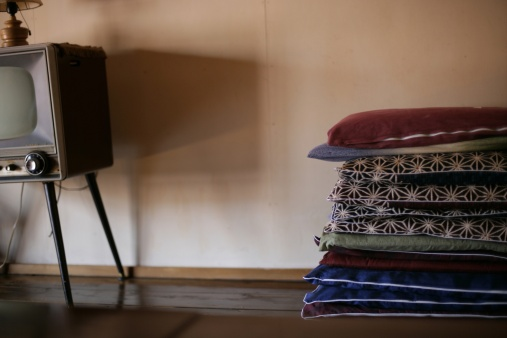 Zabuton「TV and square floor cushions 」:スマホ壁紙(12)