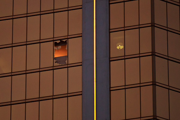 Mandalay Bay Resort and Casino「Las Vegas Mourns After Largest Mass Shooting In U.S. History」:写真・画像(12)[壁紙.com]