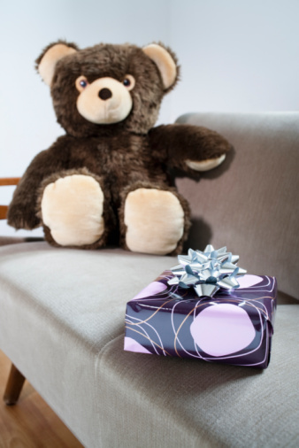 Gift「Teddy on sofa with gift parcel」:スマホ壁紙(13)