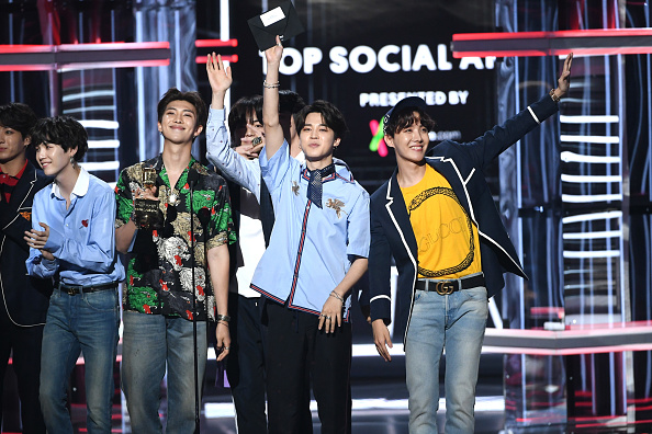 Kim Tae-Hyung「2018 Billboard Music Awards - Show」:写真・画像(8)[壁紙.com]
