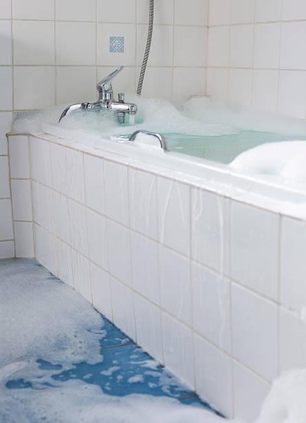 Overflowing bathtub:スマホ壁紙(壁紙.com)