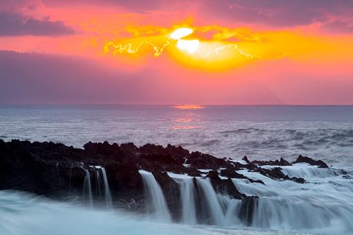オアフ島「Scenery of coastline and sea at sunset, Sharks Cove, Oahu, Hawaii, USA」:スマホ壁紙(6)