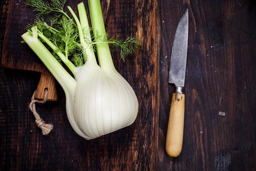 Crocus「Fennel corm on chopping board, kitchen knife」:スマホ壁紙(1)
