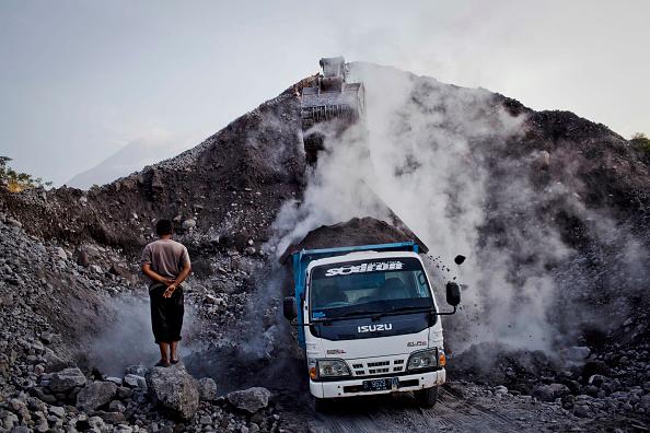 Construction Vehicle「Communities Live Beneath Mount Merapi Volcano」:写真・画像(2)[壁紙.com]