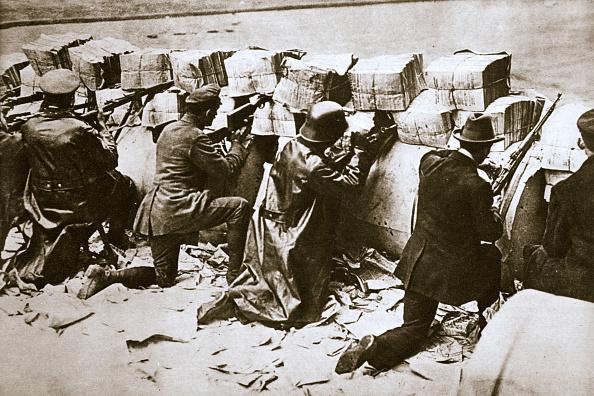 Party - Social Event「Barricades On A Street German Revolution Berlin Germany circa 1918-circa 1919」:写真・画像(3)[壁紙.com]