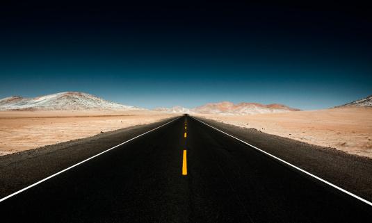 Vanishing Point「Endless Straight Road through Desert Mountains」:スマホ壁紙(10)
