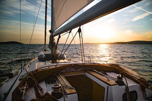 Cruise - Vacation「Sailboat Crossing at Dusk」:スマホ壁紙(1)