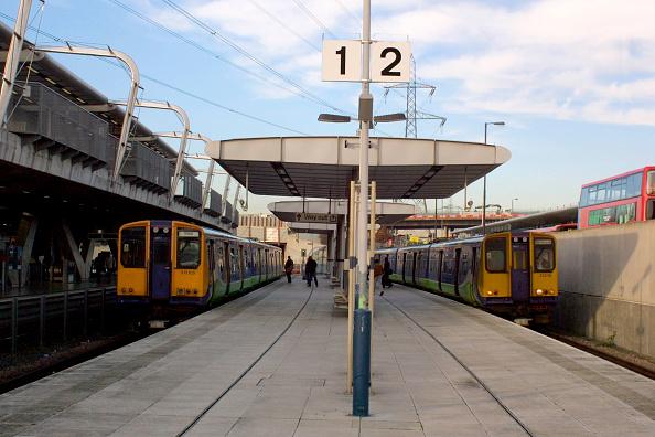 町「Two Silverlink Metro trains are seen here on the North London Line at Canning Town Station. 2004.」:写真・画像(10)[壁紙.com]