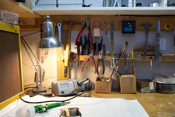 A workbench with lots of tools arranged:スマホ壁紙(壁紙.com)