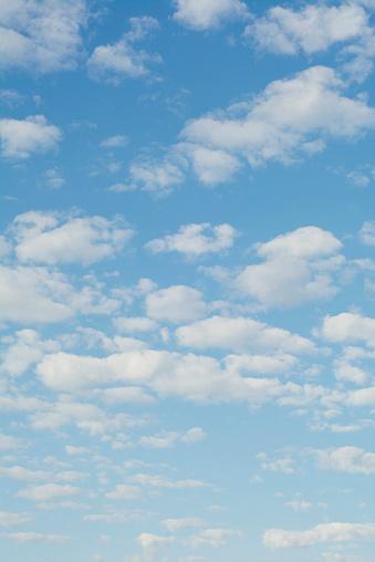 Vertical「Clouds in blue sky」:スマホ壁紙(19)