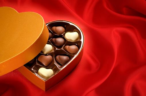 ハート「ゴールドのチョコレートボックスの背景に赤のサテン」:スマホ壁紙(7)