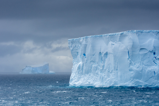 Cliff「Large tabular iceberg floating in Antarctica」:スマホ壁紙(15)